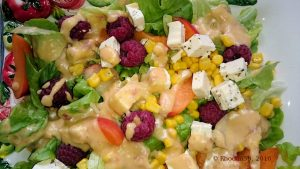 Blattsalat mit Aprikosen, Pfirsich, Himbeere und Fetakäse
