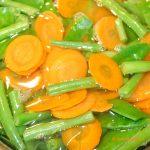 Gemüse Hackfleisch Auflauf Karotten, Zuckerschoten und Bohnen köcheln im Salzwasser