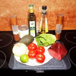 Salat mit Avocado und Rinderfiletstreifen