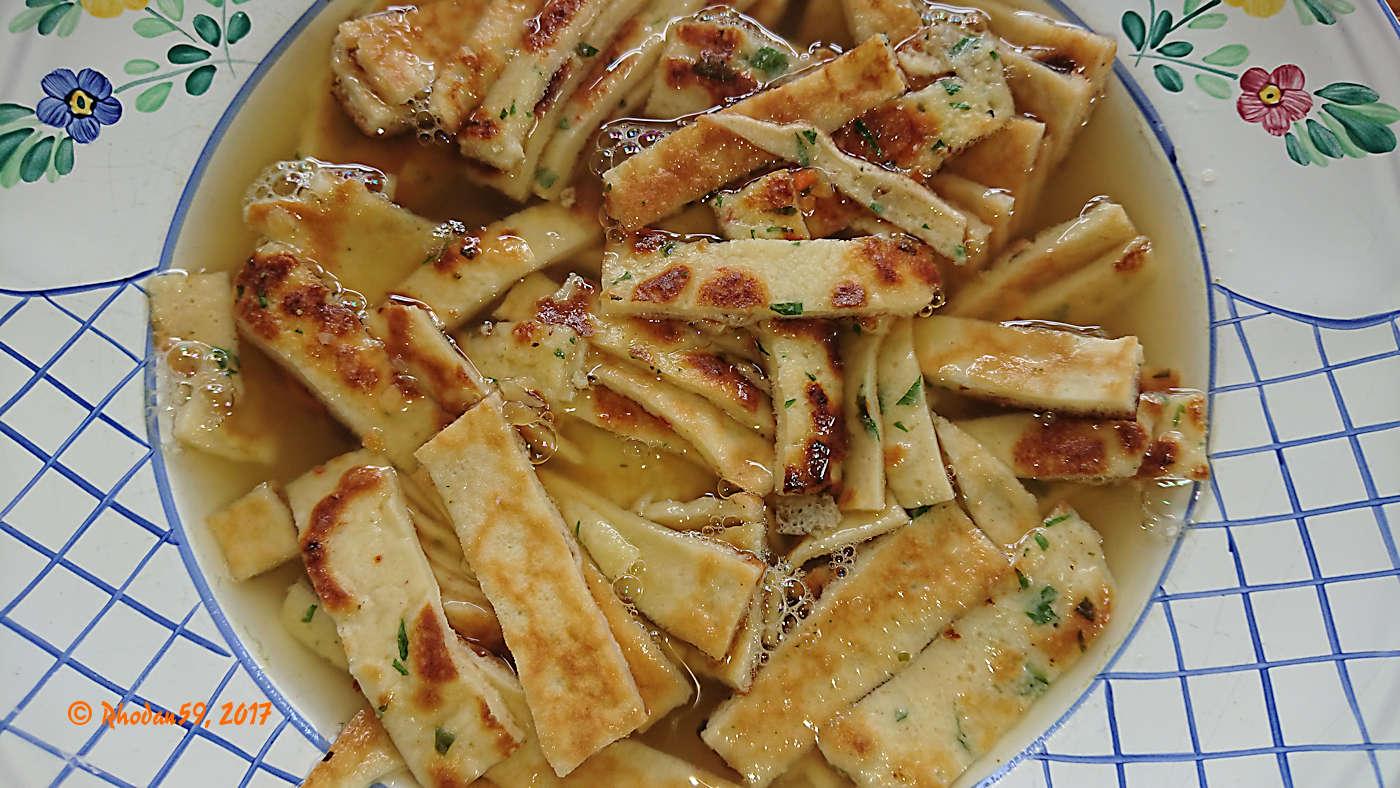 Fritattensuppe, in Streifen geschnittene Fladen