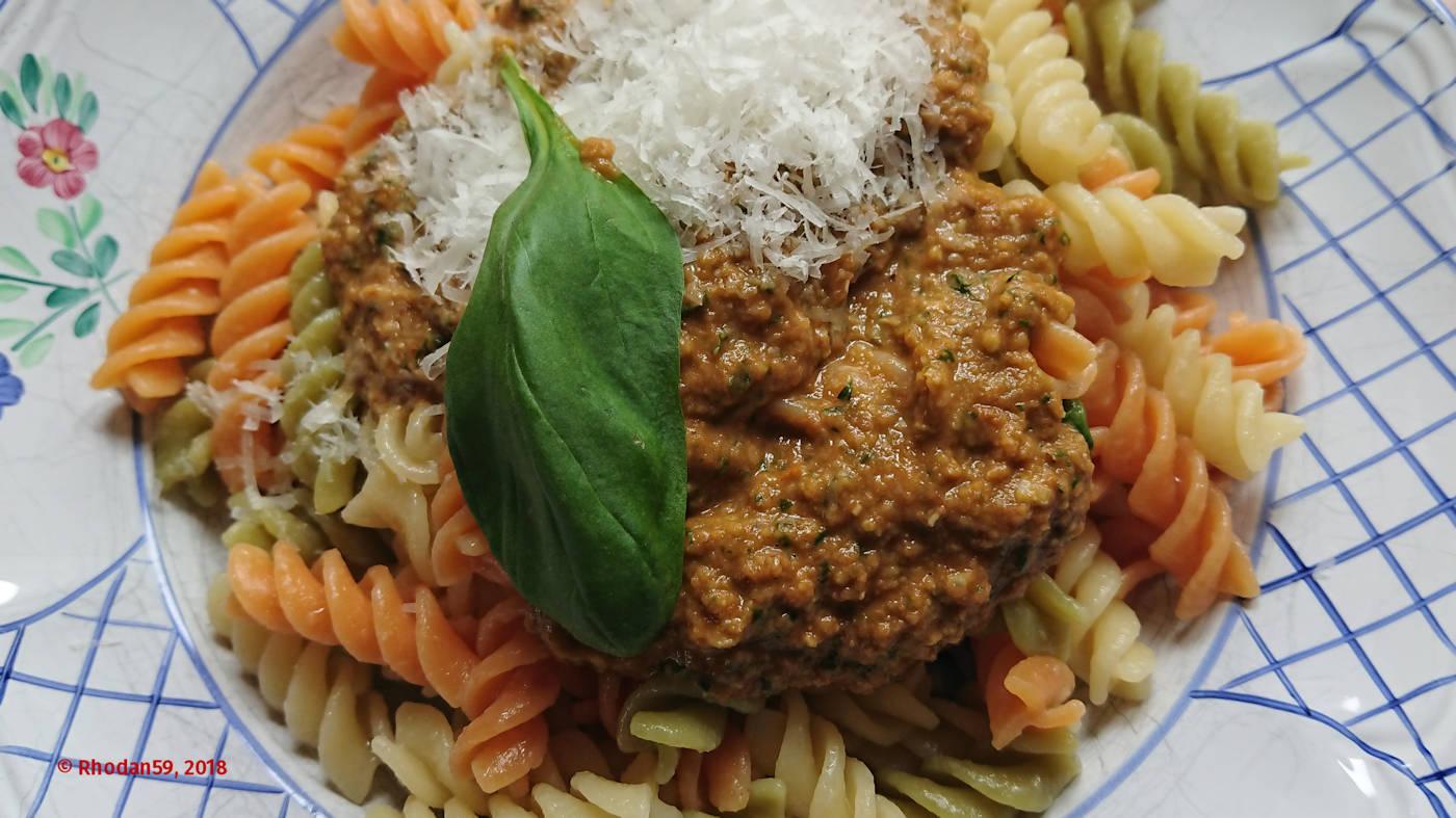 Fusili mit Linsen-Mandel-Basilikum-Pesto sind fertig