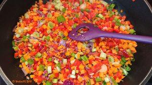Das Gemüse für den aromatischen Hackbraten im Speckmantel