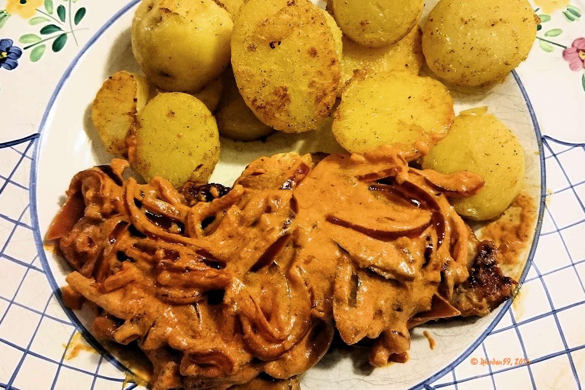 Paprikaschnitzel, das fertige Gericht auf dem Teller