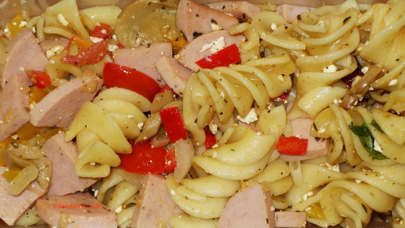 Lauwarmer Nudelsalat Putenfleischwurst und Mozarella