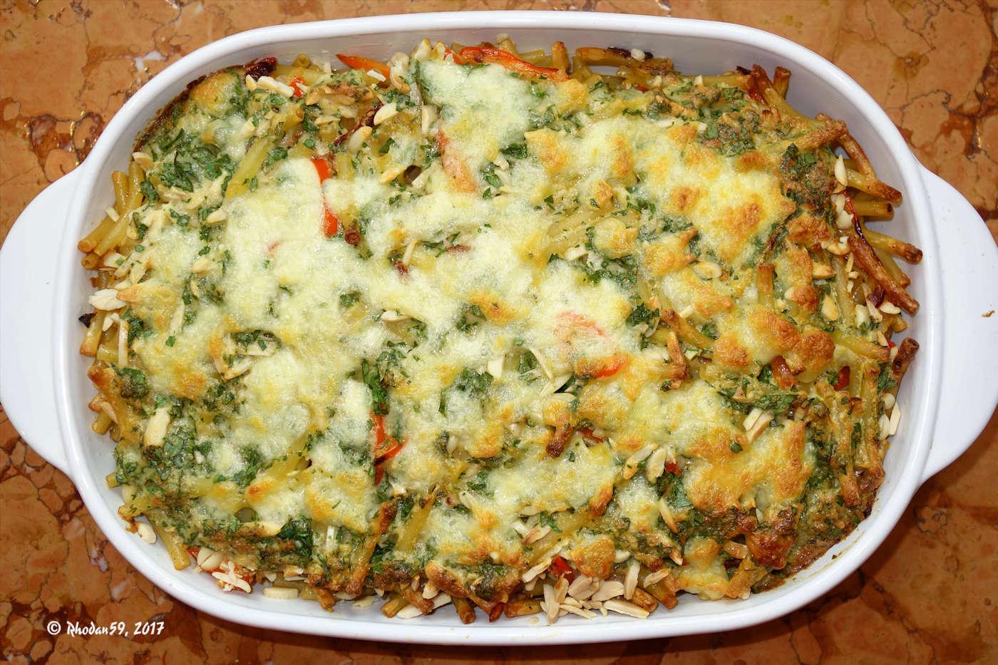 der fertige Nudelauflauf mit Paprika, Mandeln, Parmesan und Mozzarella