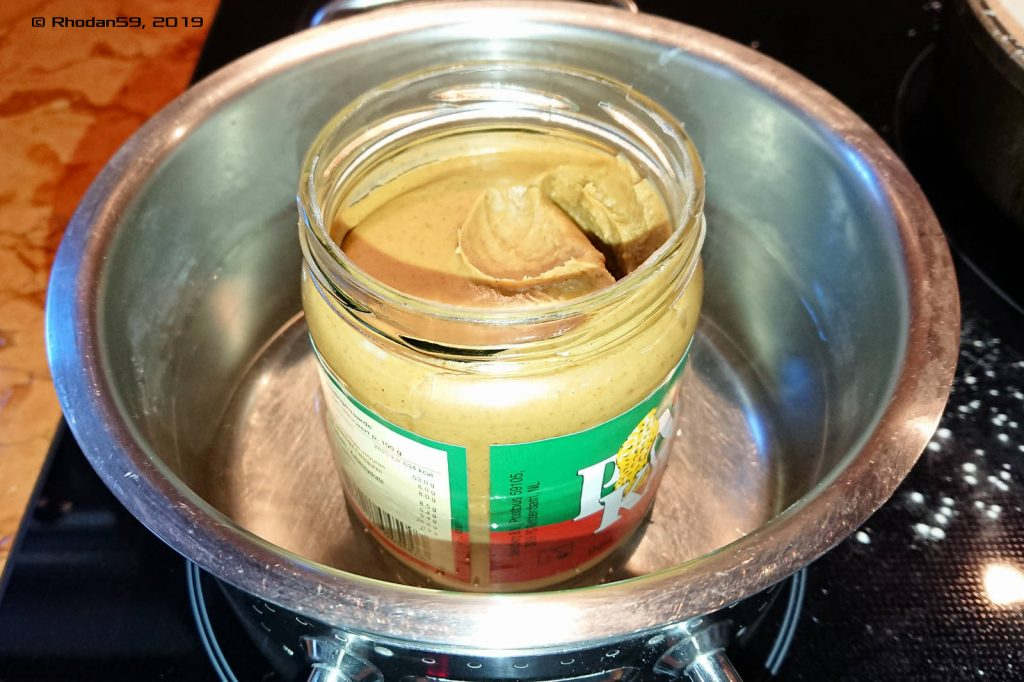 Die Erdnussbutter wird im warmen Wasser geschmeidig gemacht