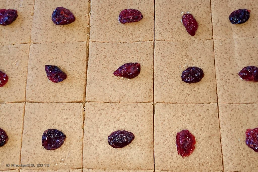 Die Kanya-Plätzchen sind fertig und mit Cranberry verziert